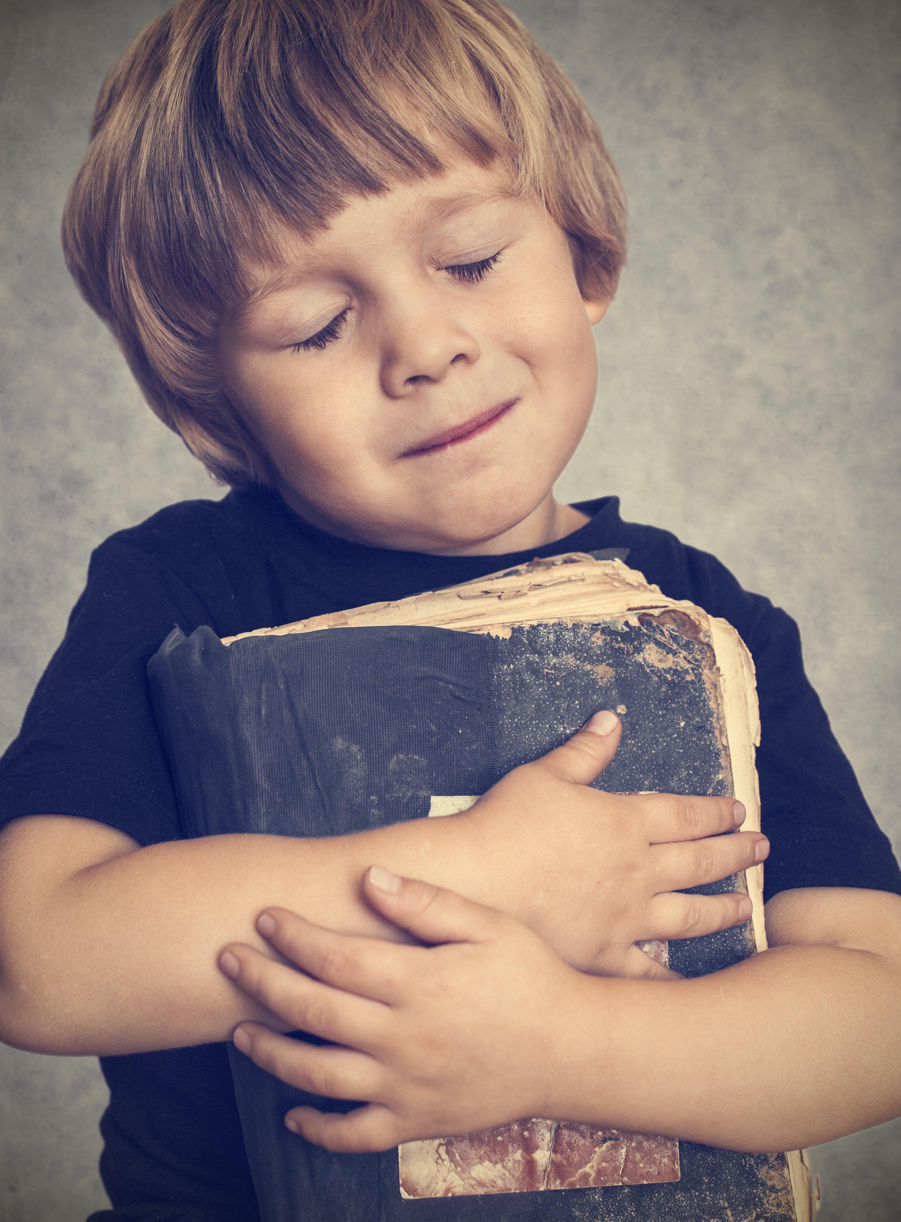 Фото маленького хлопчикав бібліотеці 13 фотография